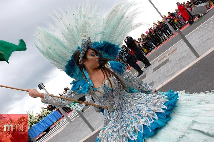 Девушка в платье на Карнавале в Ницце
