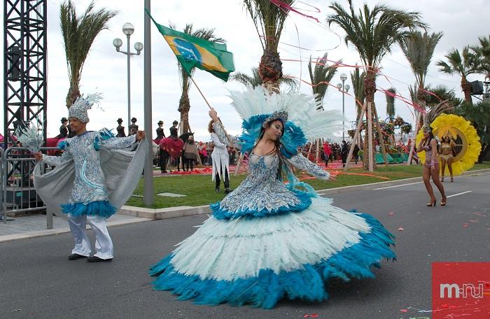 Девушка из Бразилии на карнавале Ниццы
